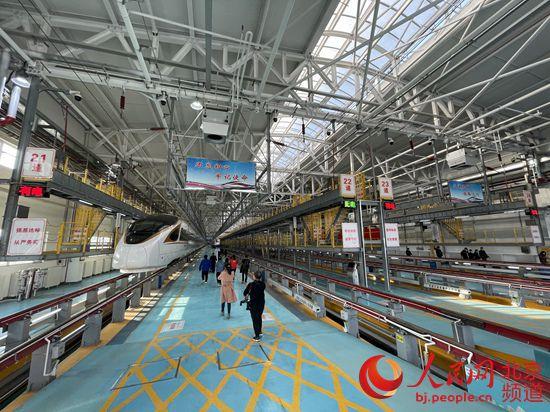北京北动车运用所承担着京张高铁动车组列车检修工作。人民网 董兆瑞摄