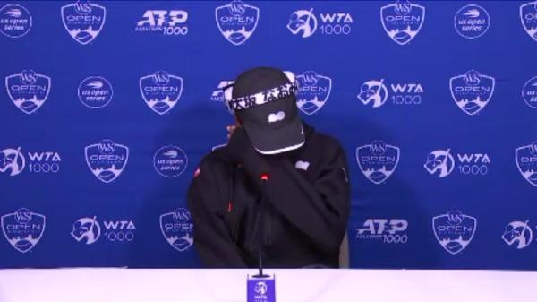 大坂直美在发布会上落泪。 视频截图