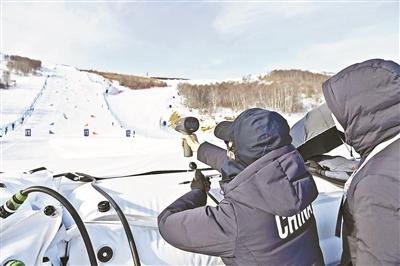 工作人员在张家口赛区云顶滑雪场平行大回转赛道前进行数据采集作业 供图/新华社