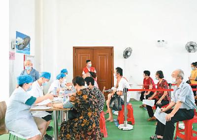 8月31日,在福建省晋江市内坑镇,来自附近村庄的老人接种新冠疫苗前,在进行血压测量。新华社记者 宋为伟摄