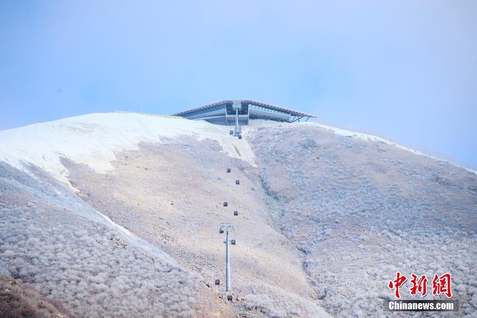国家高山滑雪中心赛时将举行滑降、超级大回转、大回转、回转等高山滑雪项目的比赛。图为延庆赛区国家高山滑雪中心山顶出发区。图片来源:视觉中国