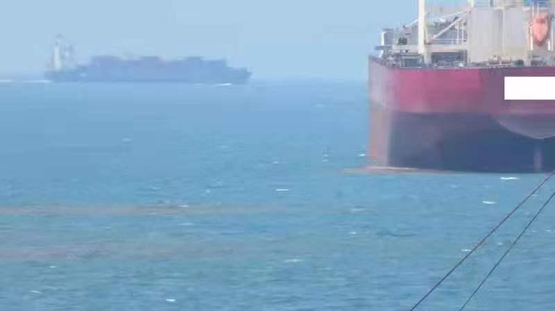 一外籍国际航行船舶在厦门海域排放货物残留物。图片来源:厦门海沧海事处