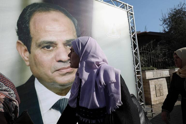 埃及百姓从塞西的宣传画前路过