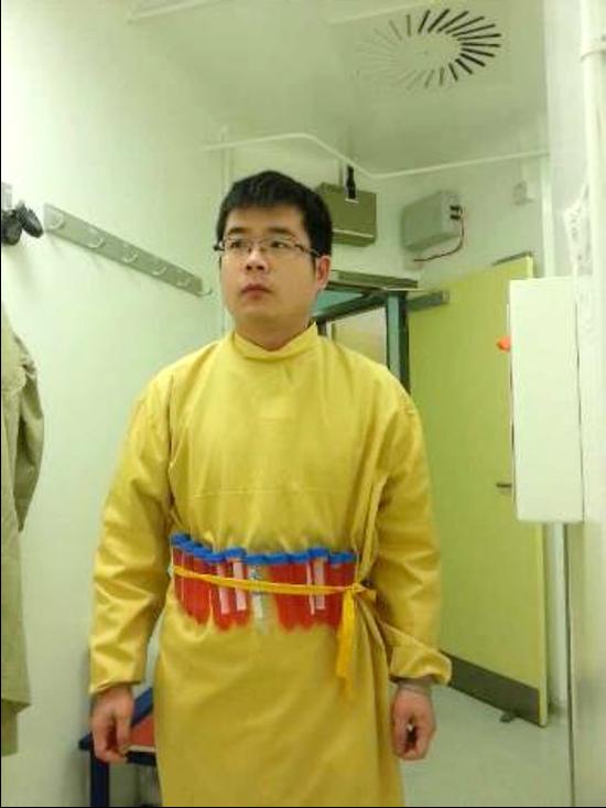 李赛在牛津大学P3实验室,腰上是灭活拉沙病毒