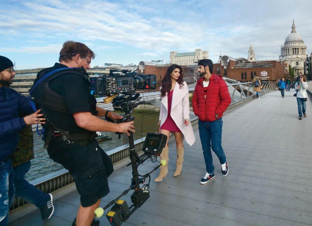 2017年9月30日,演员在英国伦敦千禧桥拍摄宝莱坞电影(图源:视觉中国)