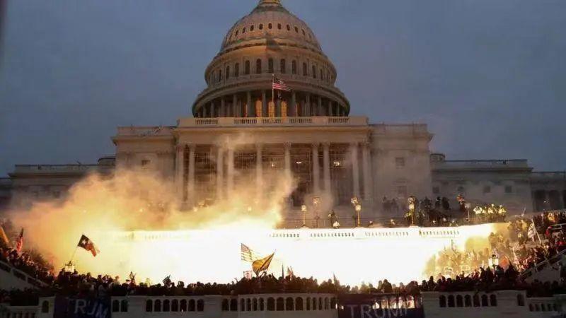 """特朗普的""""勤王军""""包围下的美国国会大楼"""