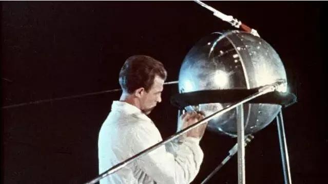 上图_ 苏联技术人员正在调整第一颗人造地球卫星斯普特尼克一号
