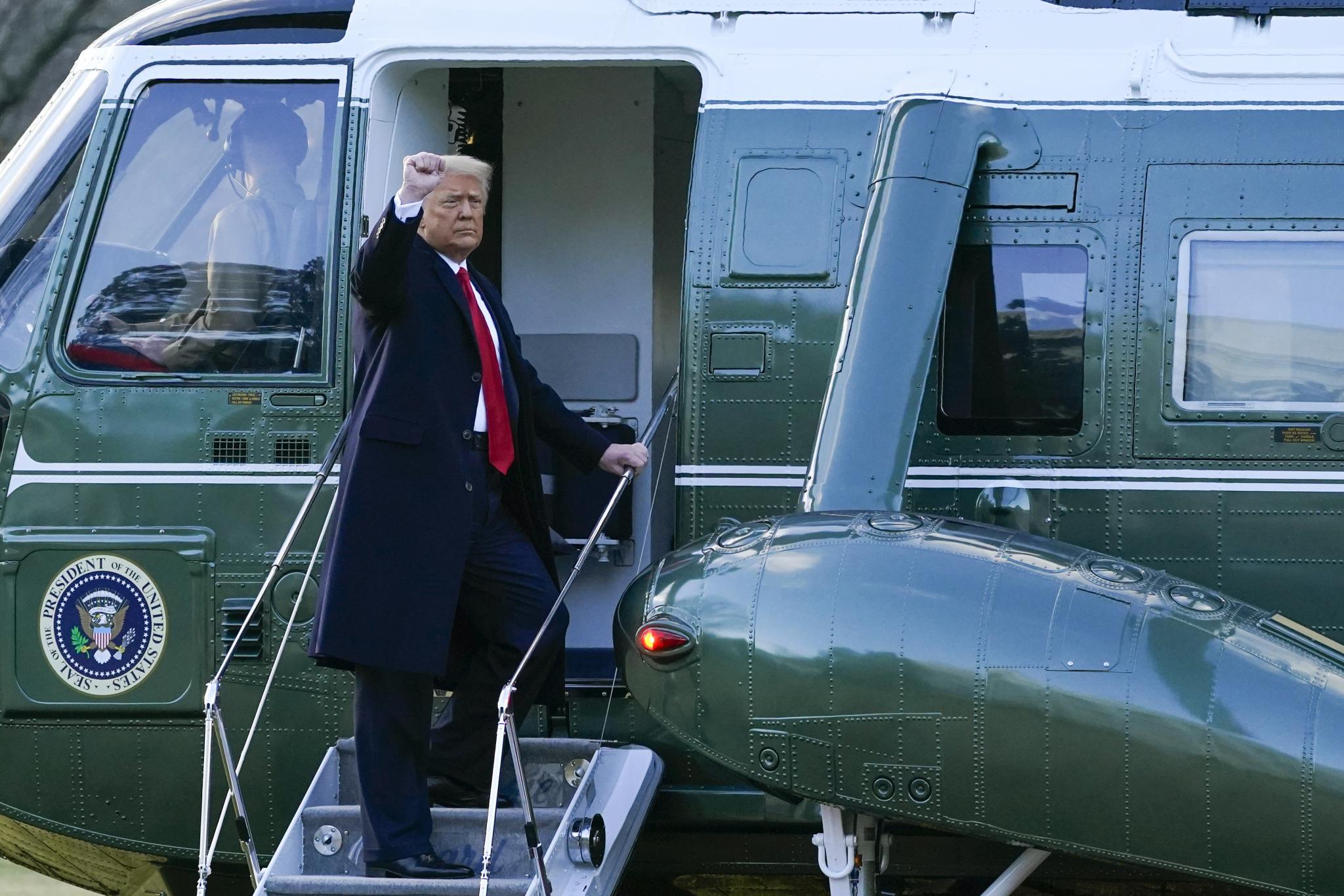 當地時間2021年1月20日,美國華盛頓,即將卸任的美國總統特朗普搭乘飛機前往安德魯斯基地。