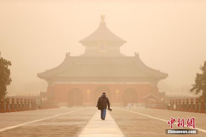 3月15日,北京天坛公园笼罩在沙尘中。 中新社记者 富田 摄