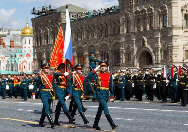 俄罗斯联邦国旗和第150伊德里茨步兵师突击旗(胜利旗)出厂 图自俄媒