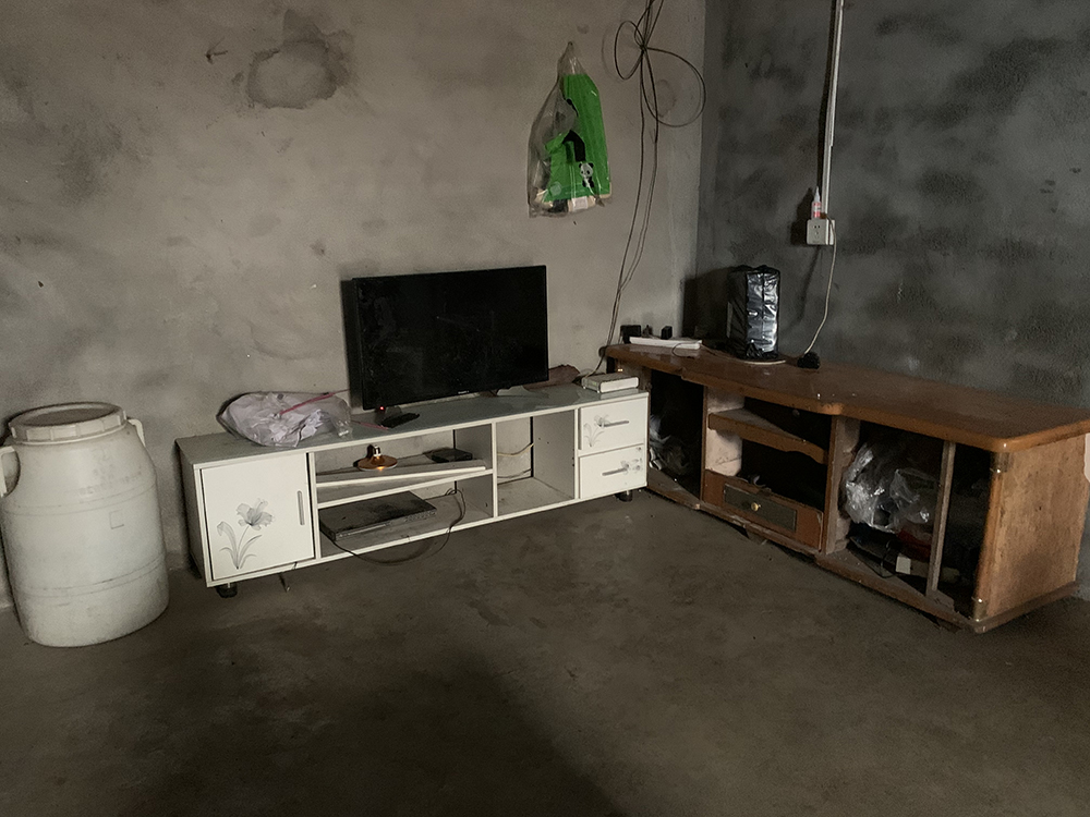 新建的房屋還沒裝修也沒有像樣的家具。