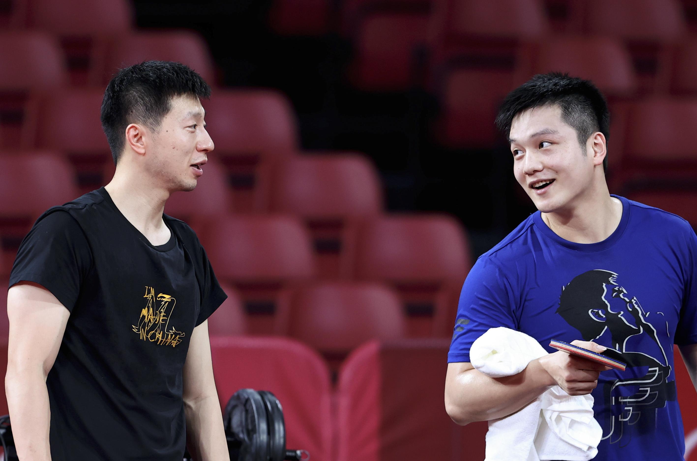 7月19日,马龙(左)和樊振东在训练中。新华社记者 王东震 摄