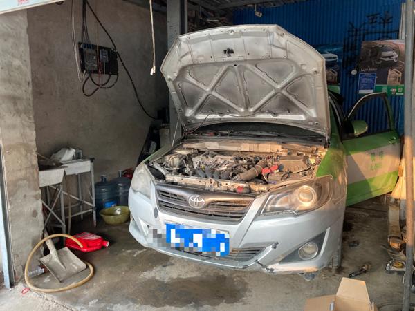 由于泡水時間長,老楊的車發動機進水較多,在修理廠排出了三四盆水。