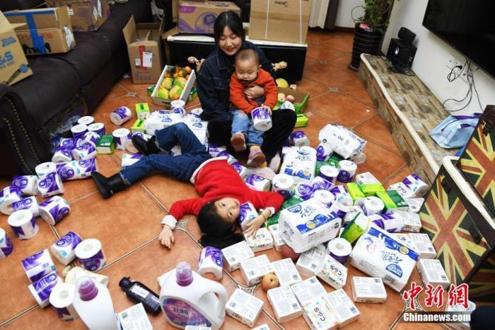 """资料图:某二胎妈妈""""双十一""""囤积的生活用品。 中新社记者 陈超 摄"""