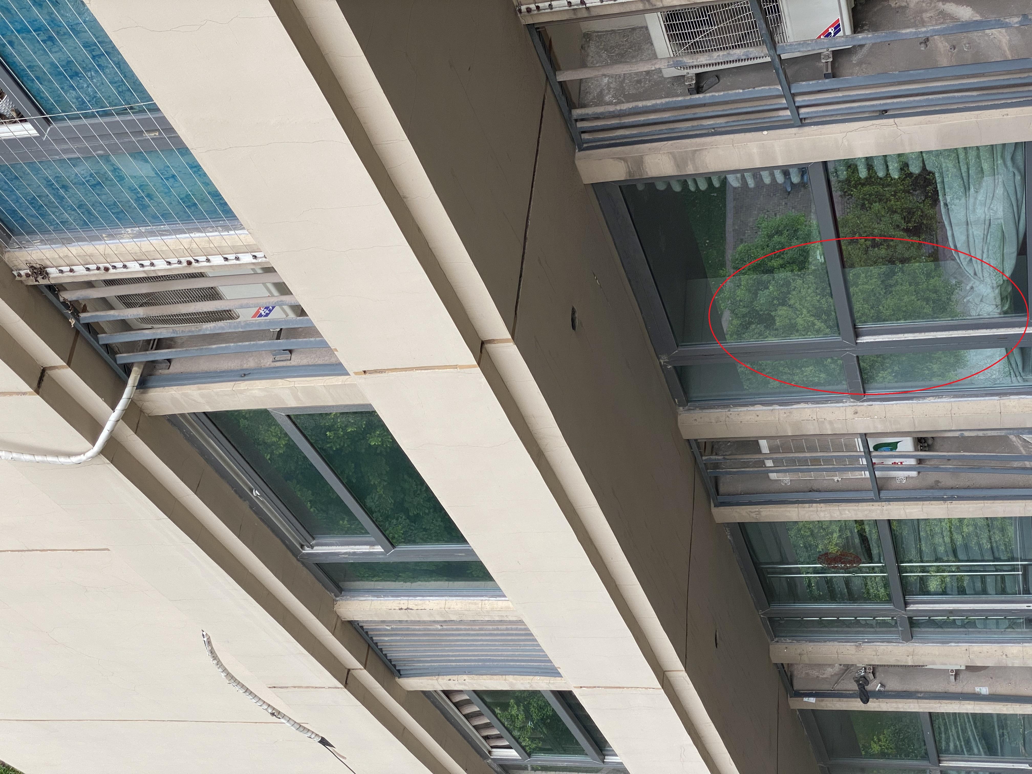张某家次卧飘窗处并未安装护栏。澎湃新闻记者 谢寅宗 图