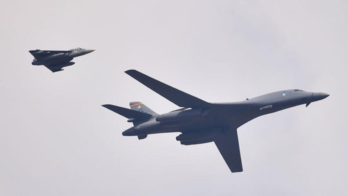 B-1B轰炸机在印度班加罗尔航展上空飞过