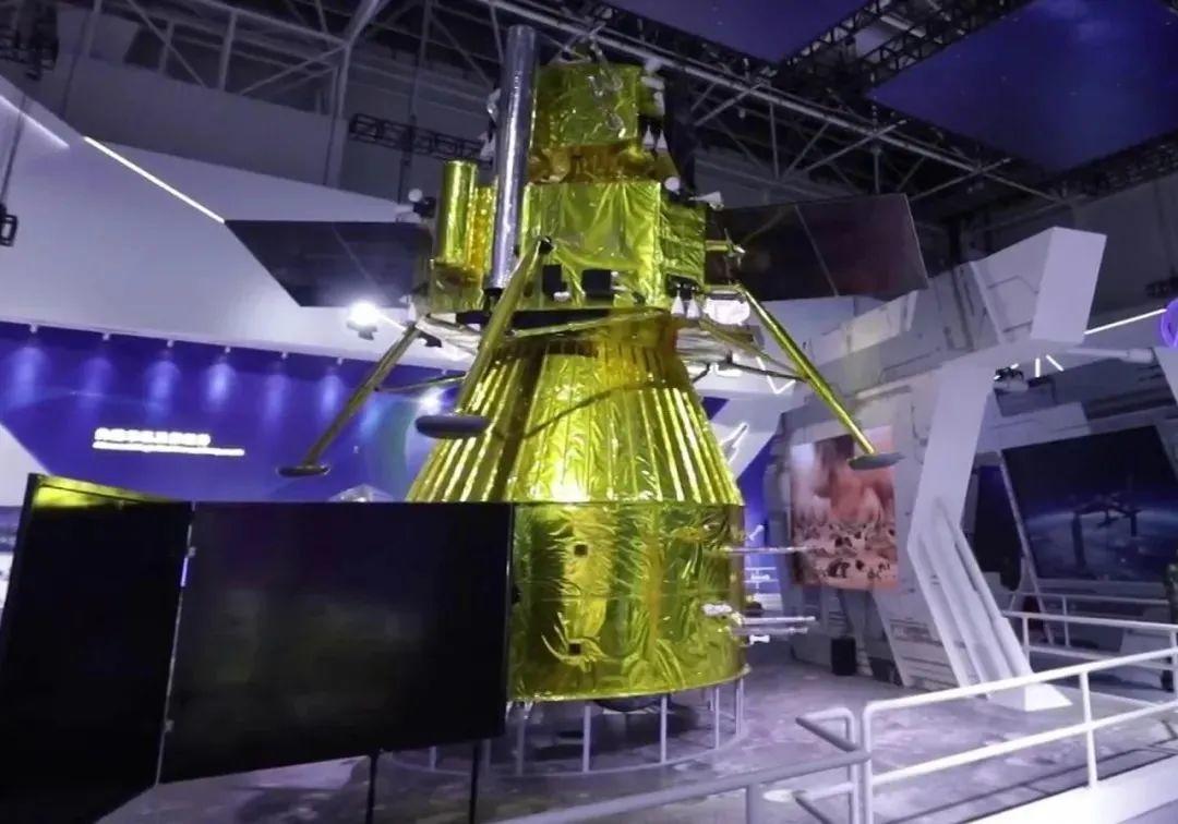 参展的嫦娥五号探测器模型