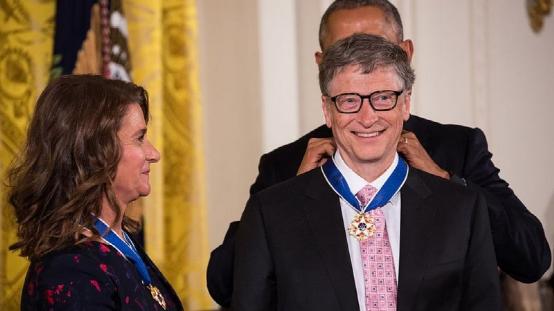 (图说:2016年,时任美国总统奥巴马授予二人总统自由勋章)