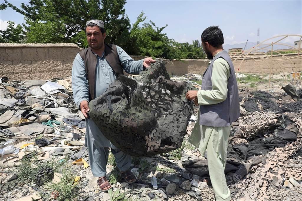 阿富汗废品商人在美军基地中捡拾废弃物
