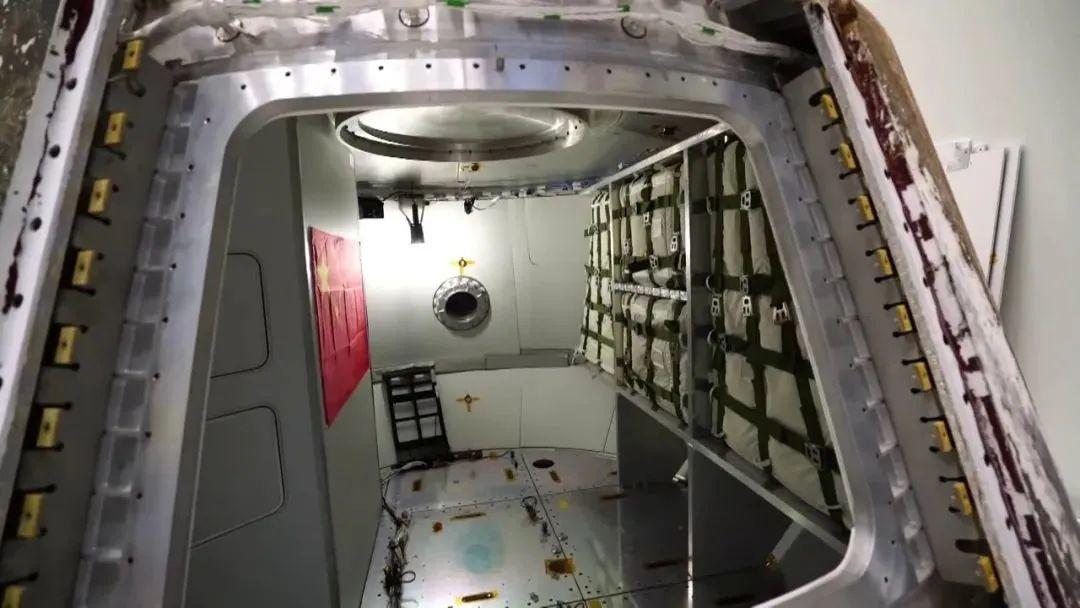 新飞船返回舱居住舱之舱门视角