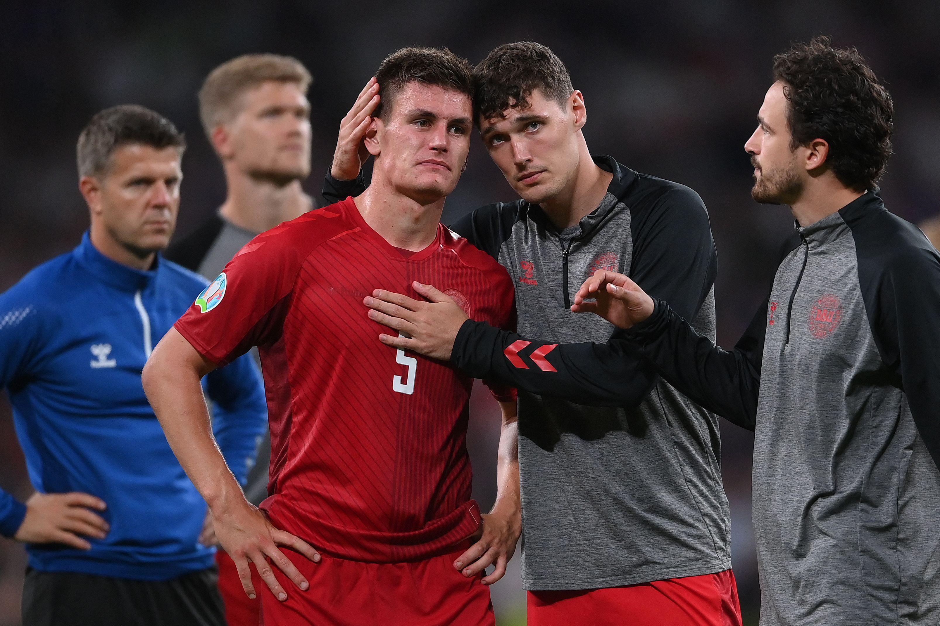 赛后,丹麦球员互相安慰。