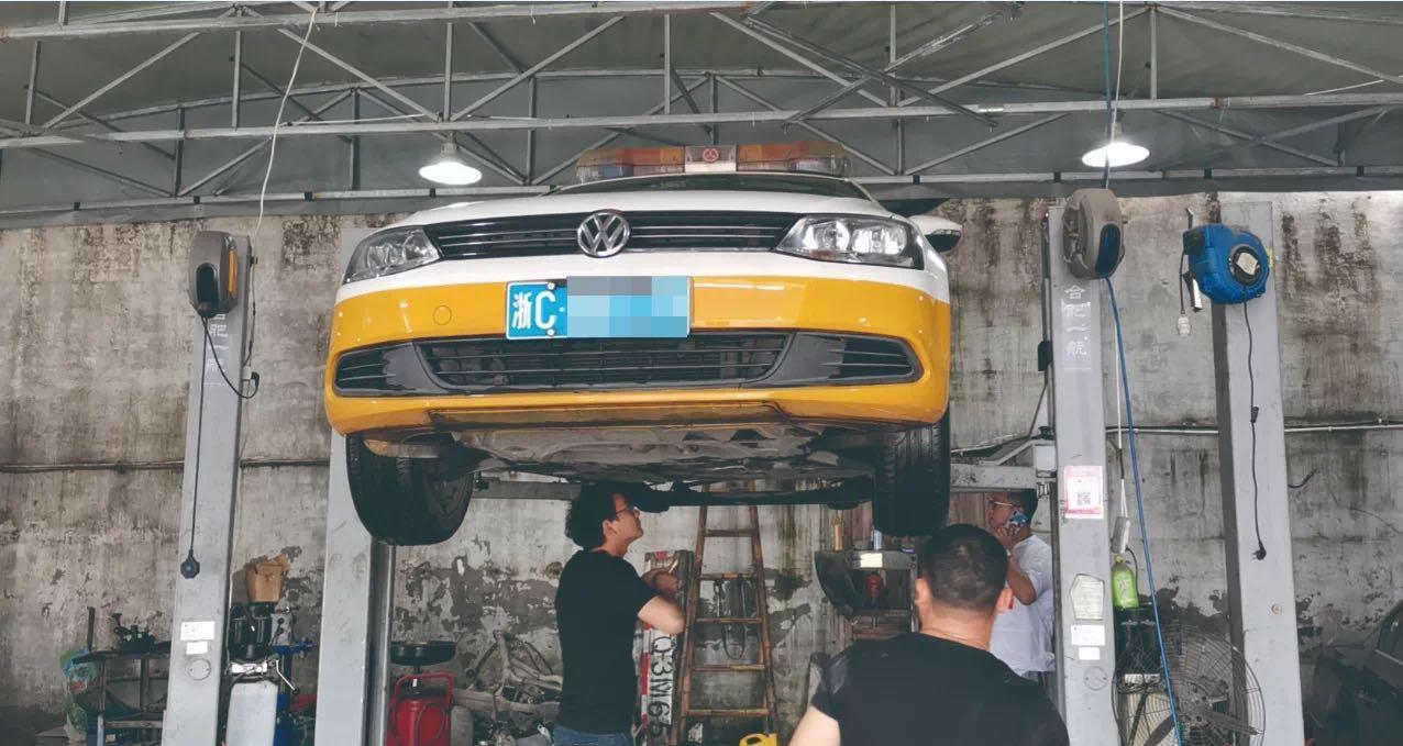 执法车辆前往修理厂进行检查  本文图片均为温州都市报 图