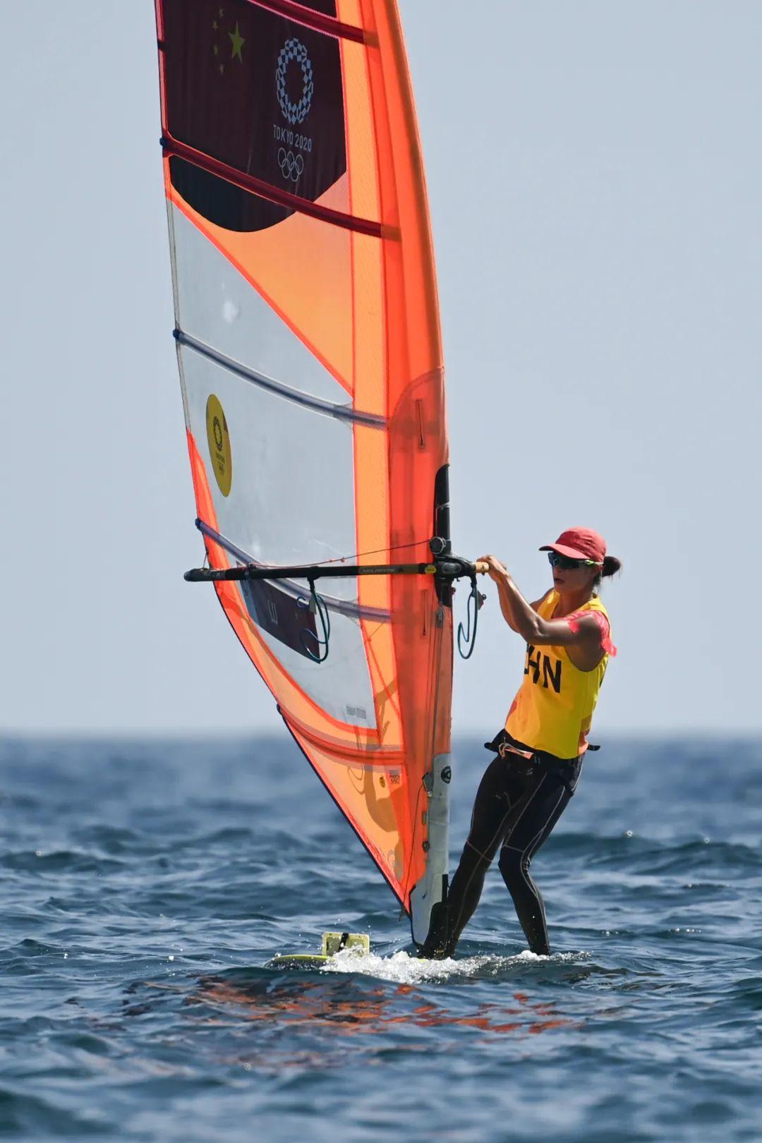 7月31日,中国选手卢云秀在女子帆板RS:X级比赛中。