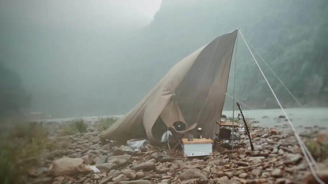 鲁统磊在河滩的营地被淹没 / 受访者供图