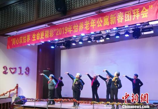 资料图:养老院里的老人们载歌载舞庆祝新春的到来。 钟升 摄