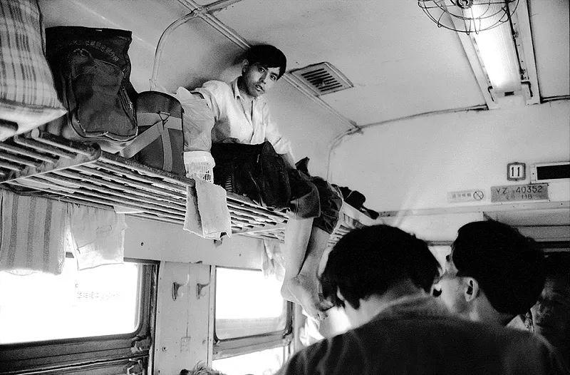 40年前的春运火车 有人围桌打麻将,有人当场生孩子 最新热点 第12张