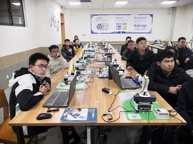 青岛联合腾讯智启为学生搭建人工智能实验室 融合AI技术、编程工具和机械臂