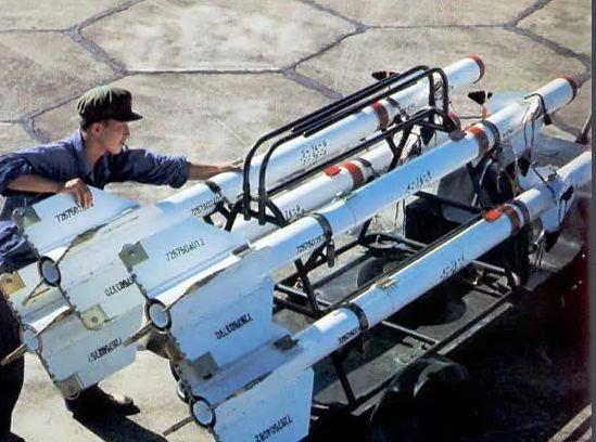(歼6和霹雳2导弹,早期我军空对空导弹作战性能十分有限。这种导弹只能在敌机尾部发射。其他方向攻击敌机效果几乎没有。所以没有取得战绩也是情理之中。)