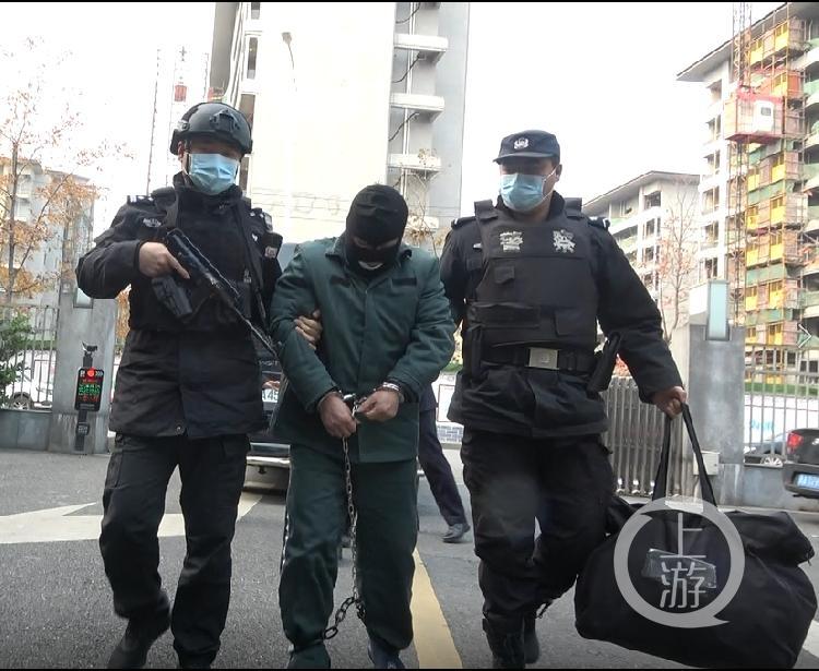 ▲2020年12月17日,犯罪嫌疑人周某某被武装押解回桐庐。图片来源/桐庐警方