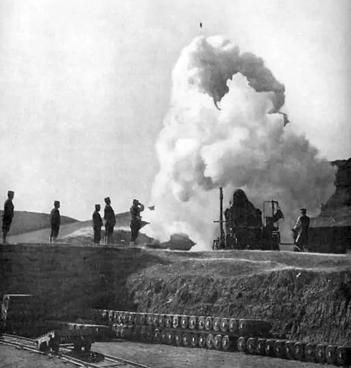 上图_ 日军炮击旅顺要塞