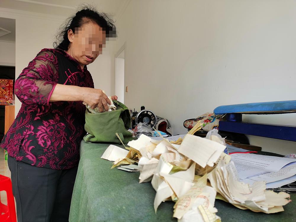 被害人母亲韩杰从包里掏出她多年来去上级部门举报的车票。