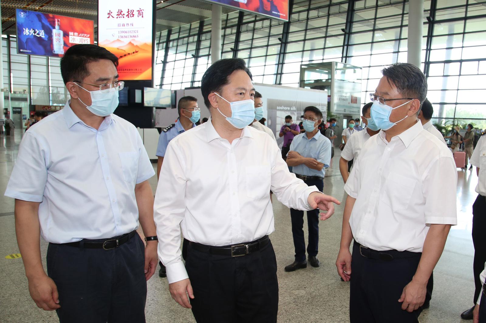7月22日下午,常州市委书记陈金虎带队,前往常州奔牛国际机场,督查疫情防控工作。