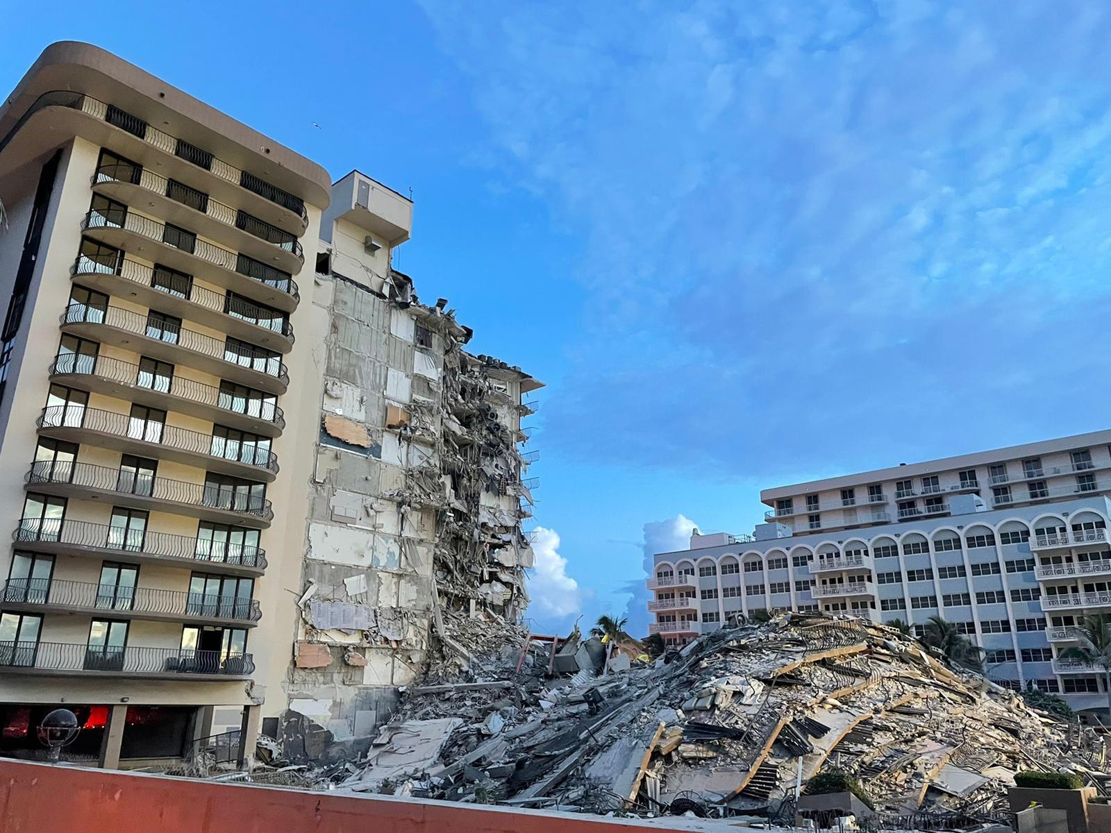 这张当地消防局6月25日发布的照片显示,美国佛罗里达州迈阿密-戴德县一栋发生局部坍塌的住宅楼。新华社发(佛罗里达州迈阿密-戴德县消防局供图)