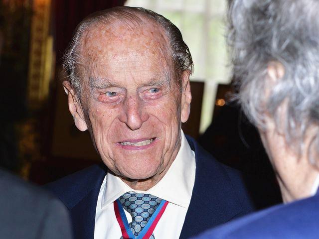 2017年5月4日,倫敦,英國女王丈夫菲利普親王在出席授勛儀式后與來賓交談。新華社 發