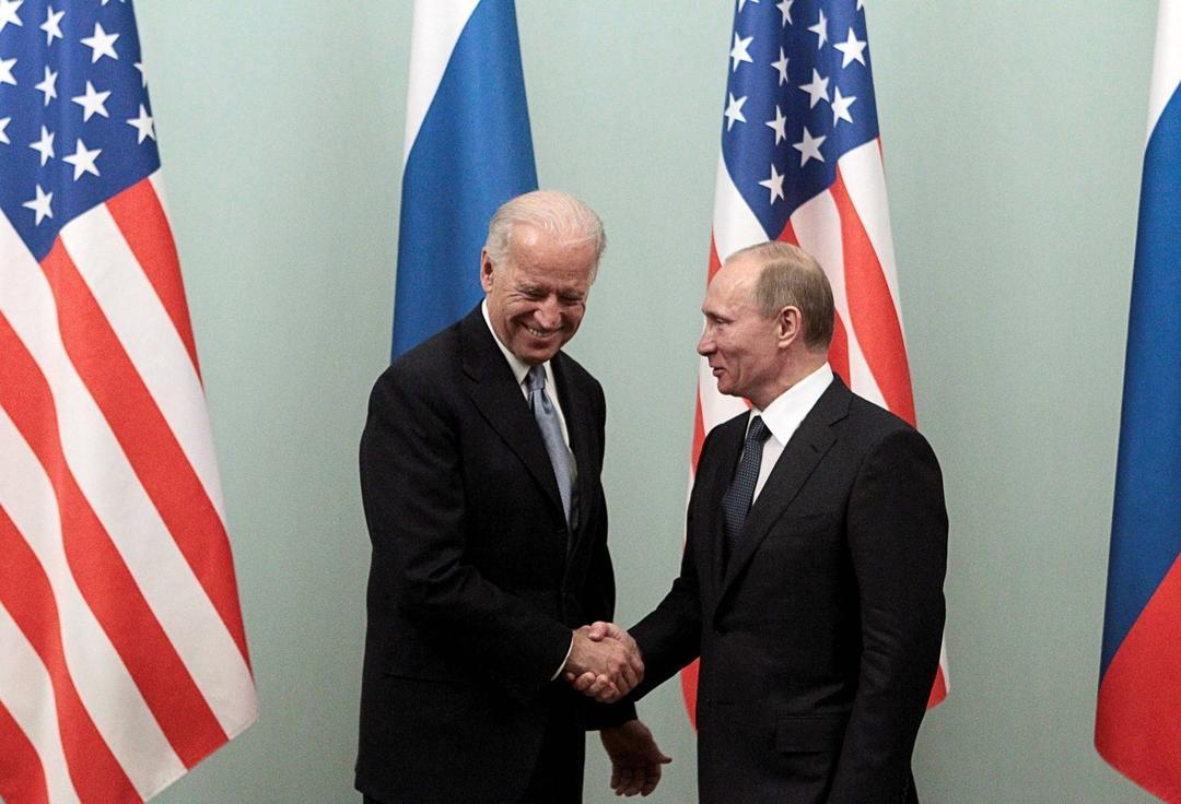 (图说:2011年3月,时任副总统拜登在莫斯科与普京会晤时握手。图/Reuters)