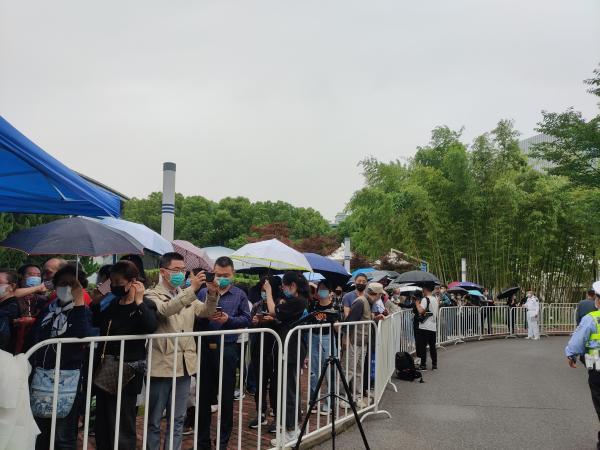 吴孟超院士遗体告别仪式今天上午在上海举行,民众冒雨前来送别插图(4)