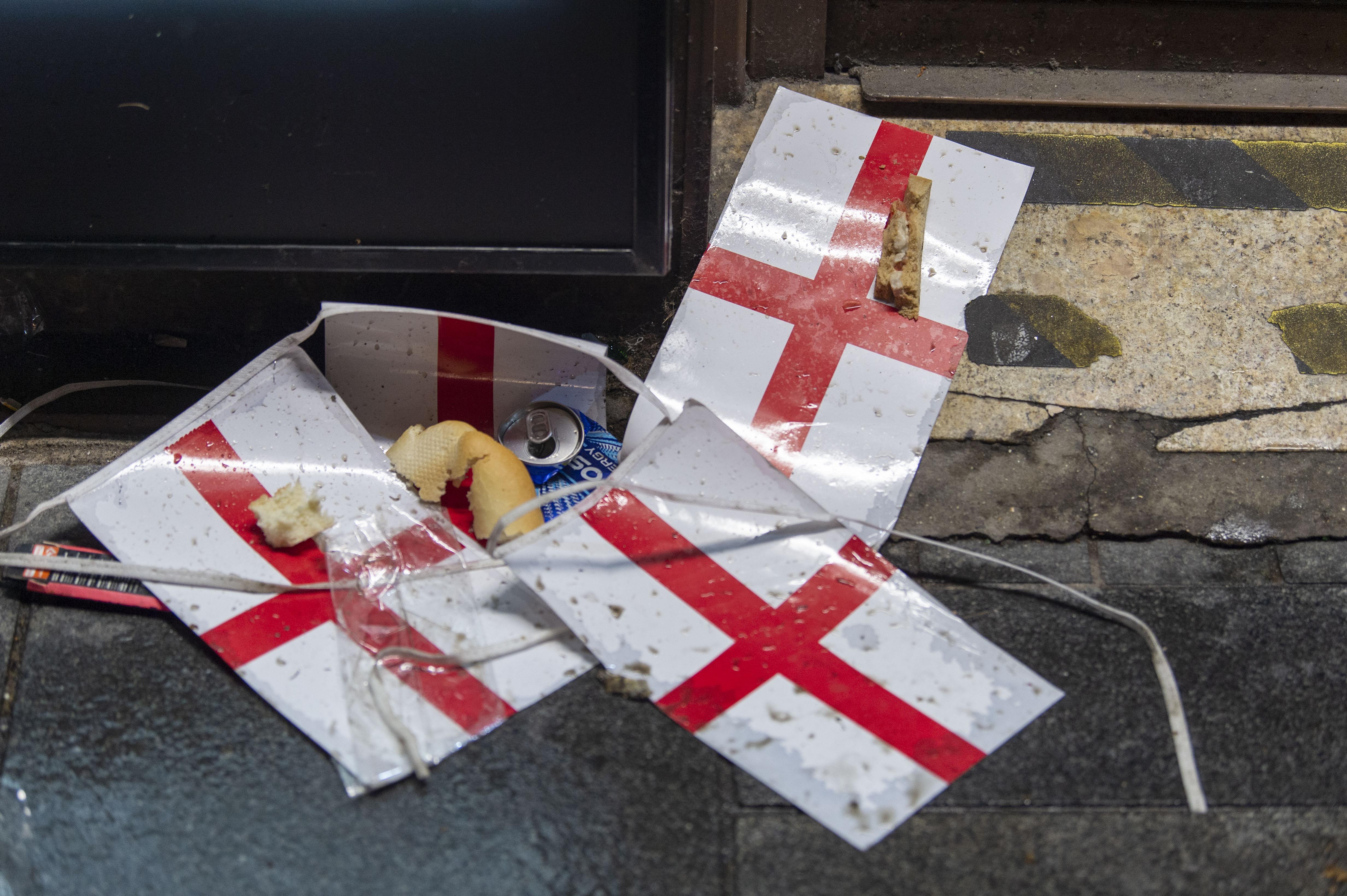 被丢弃的英格兰旗帜。