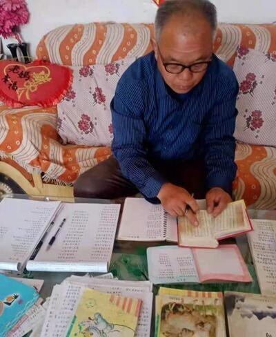 王笃臣在写诗,遇到不认识的字,他就查阅《新华字典》。受访者供图