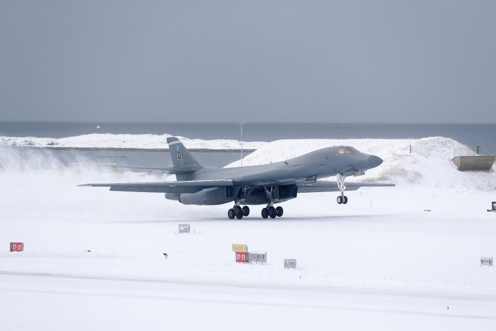 B-1B轰炸机在挪威北极基地降落