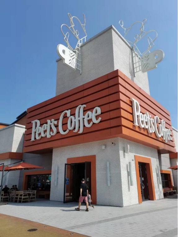 位于城市大道的皮爷咖啡 深燃 / 摄