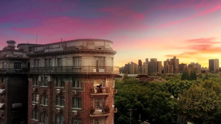 武康大楼的阳台,成了电影中周冬雨和金城武有情人终成眷属后,一起欣赏落日的阳台。/《喜欢你》剧照