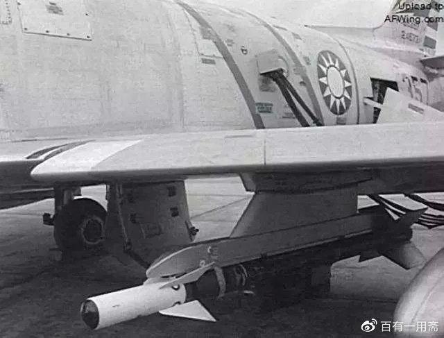 携带响尾蛇导弹的国军F-86