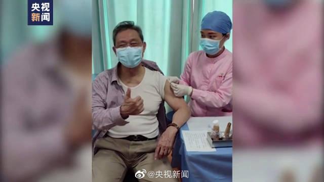 钟南山接种新冠疫苗时竖了个大拇指