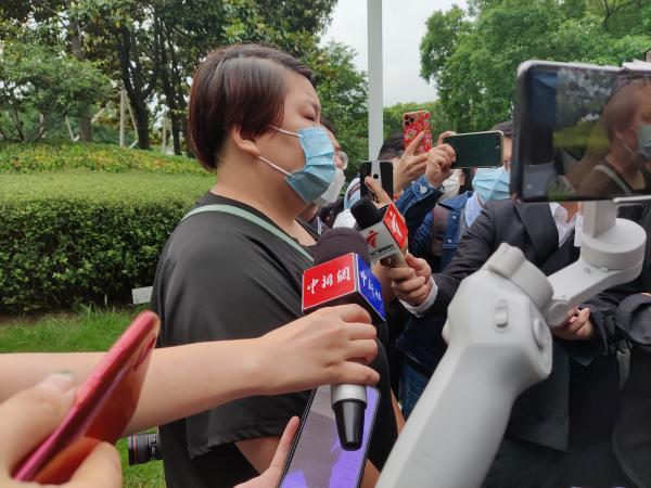 吴孟超院士遗体告别仪式今天上午在上海举行,民众冒雨前来送别插图(11)