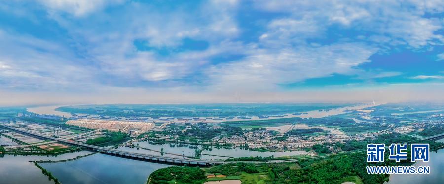 安徽沿江高速公路池州段穿行在水面上。新华网发(王帆 摄)