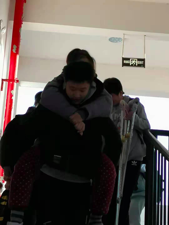临近期末岳阳一女老师腿受伤,班上男生轮流背着上下8楼